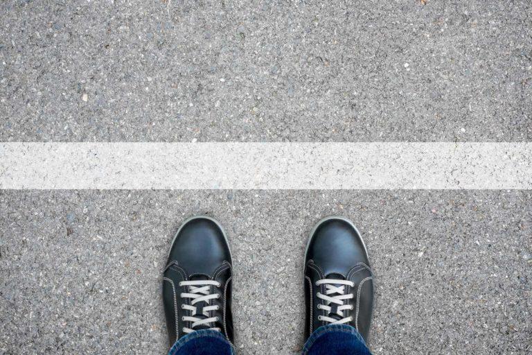 2 Füße vor einer Linie