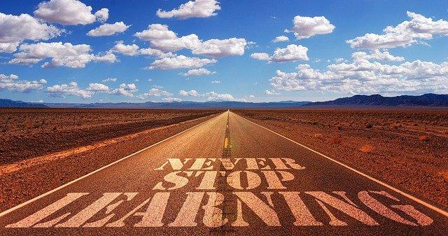 """Straße mit der Aufschrift """"Never stop learning"""""""