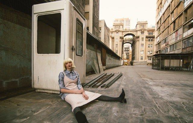 überlastete Frau sitzt am Boden