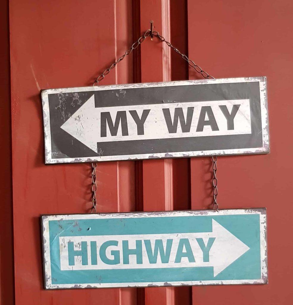 Schilder an einer roten Tür My Way Highway