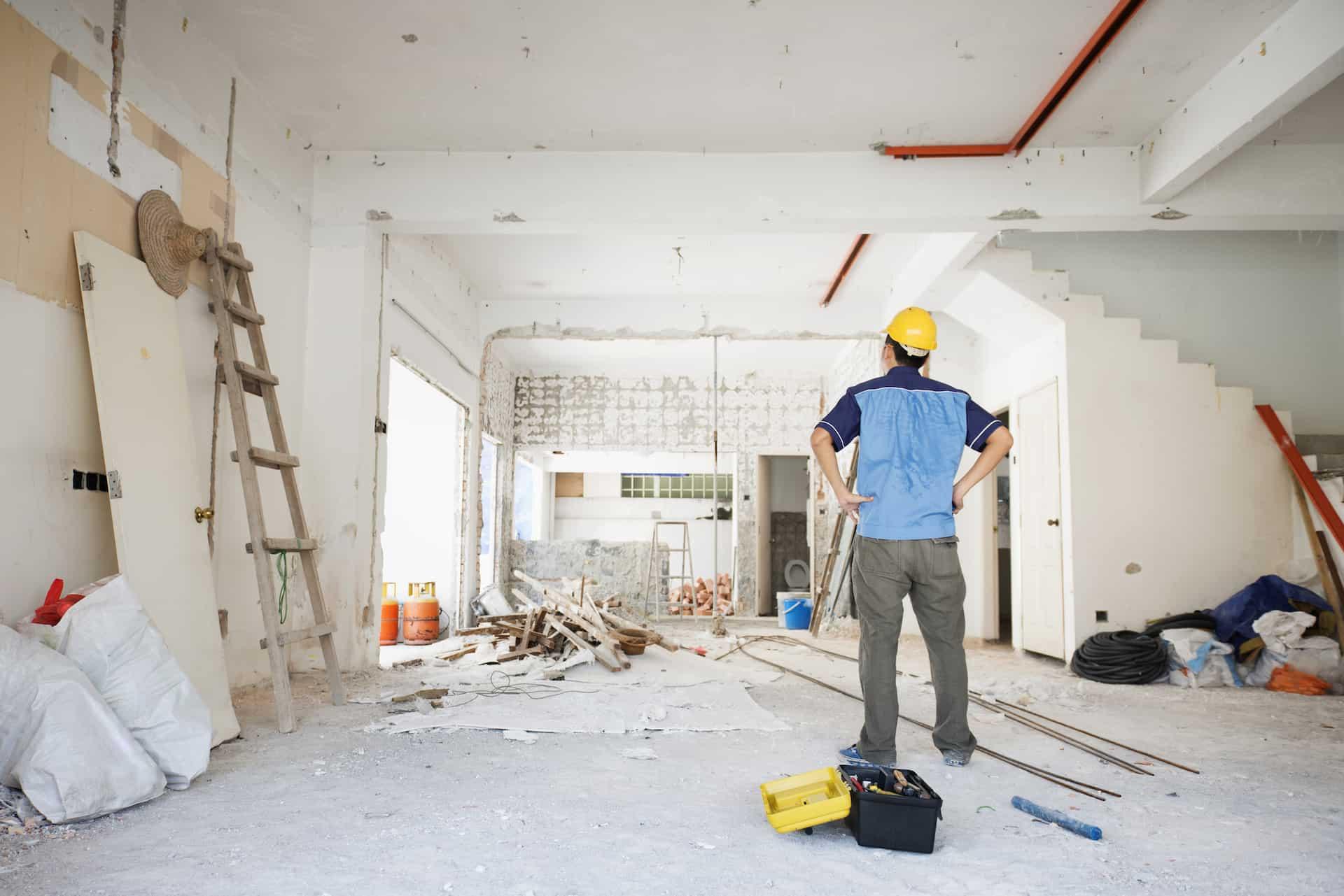 Mann auf einer Baustelle